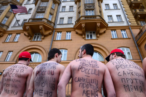"""Sanctions against Russia are sanctions against me!"" People participate in a rally outside the U.S. embassy in Moscow. Source: RIA Novosti / Evgeny Biyatov"