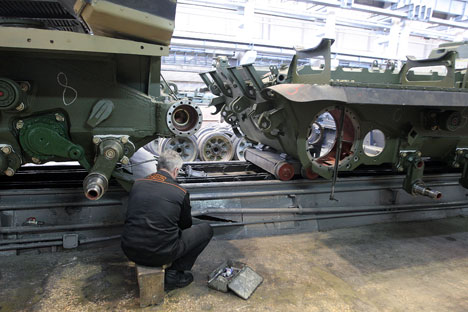 "Workers of the JSC Uralvagonzavod ""Scientific and Production Corporation"" assemble tanks on the production floor. Source: Sergey Mamontov / RIA Novosti"