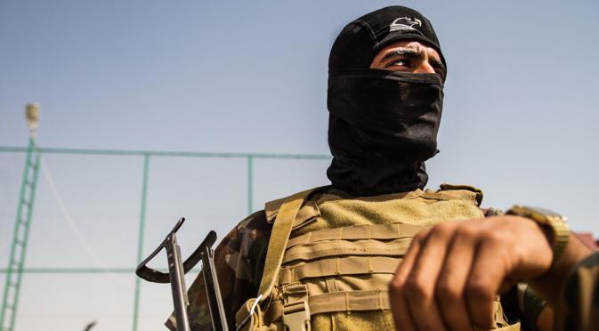 Miliciano kurdo vigila si hay francotiradores del Estado Islámico.