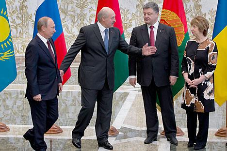 Presiden Belarus Alexander Lukashenko (kedua dari kiri) menyambut Presiden Rusia Vladimir Putin (kiri), Presiden Ukraina Petro Poroshenko (kedua dari kanan), dan Kepala Kebijakan Luar Negeri Uni Eropa Catherine Ashton (kanan), untuk berdiskusi di Minsk, Belarus. Foto: AP