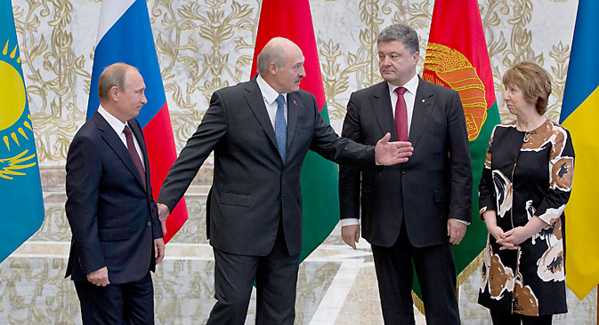 Belarusian President Alexander Lukashenko, second left, welcomes Russian President Vladimir Putin, left, Ukrainian President Petro Poroshenko, second right, and EU foreign policy chief Catherine Ashton, right, to their talks in Minsk. Source: AP