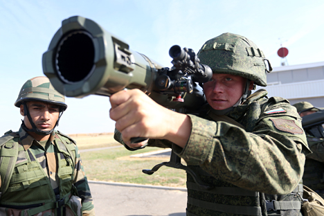 The Indian servicemen tried their hand at using Russian-made weapons during the exercise, firing anti-tank rocket launchers, Kalashnikov guns and Dragunov SVD sniper rifles. Source: Kirill Braga / RIA Novosti