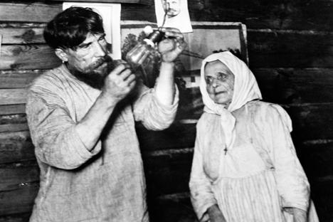 The first incandescent light bulbб 1925. Source: Arkady Shaykhet / TASS