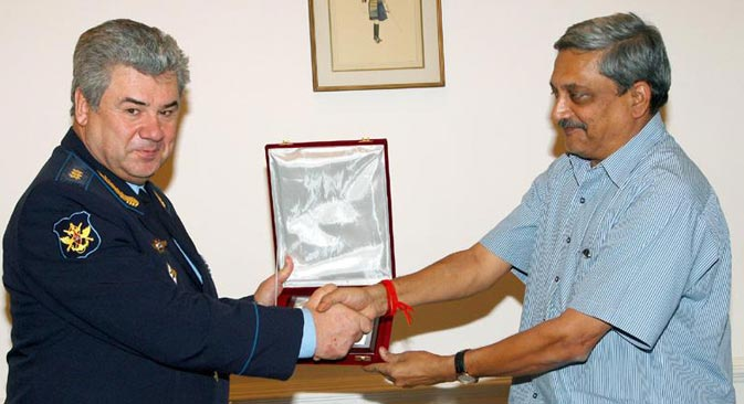 Russian Air Chief Colonel General Viktor Bondarev with Indian Defence Minister Manohar Parrikar. Source. Press Information Bureau of India