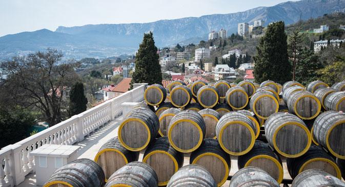 Botti di vino in una cantina della Crimea.