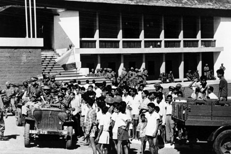 Goanese local citizens gather to welcome Indian troops after the successful invasion of the former Portuguese colony, in Panjim, now Panaji, in 1961. Source: AP