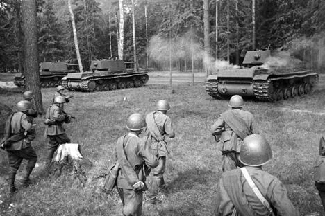 Soviet troops following heavy KV tanks. The Western Front. May 13, 1942. Source: Samary Gurary / RIA Novosti