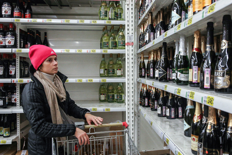 About 15-20 percent of Russian consumers drink expensive wines. Source: Mikhail Pochuev / TASS