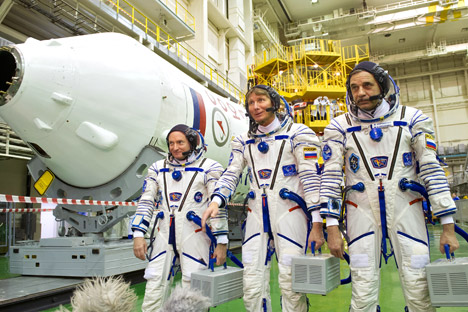 Members of the crew for the Soyuz TMA-16M of the long-haul Expedition 43/44 to the ISS, try on their spacesuits at the Baikonur Cosmodrome, from left: Scott Kelly (US), Gennady Padalka (Russia) and Mikhail Kornienko (Russia). Source: RIA Novosti