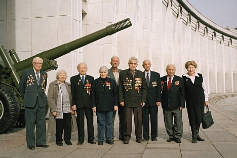 Members of the Moscow Association of Jewish Veterans in front of the Moscow Central Museum of the Great Patriotic War. June, 2010. Source: The Blavatnik Archive