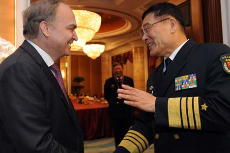 Admiral Sun Jianguo (R), vice chief of staff of China's People's Liberation Army (PLA), meets with Russian Deputy Defense Minister Anatoly Antonov on the sidelines of the 14th Shangri-La Dialogue in Singapore, on May 30, 2015. Source: Photoshot/Vostock Photo