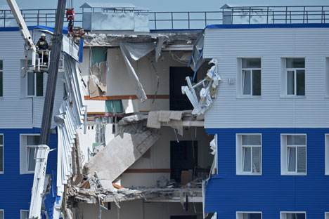 One section of the barracks in the training centre of the Airborne Forces in Omsk collapsed the evening of July 12. Source: Alexey Malgavko/RIA Novosti