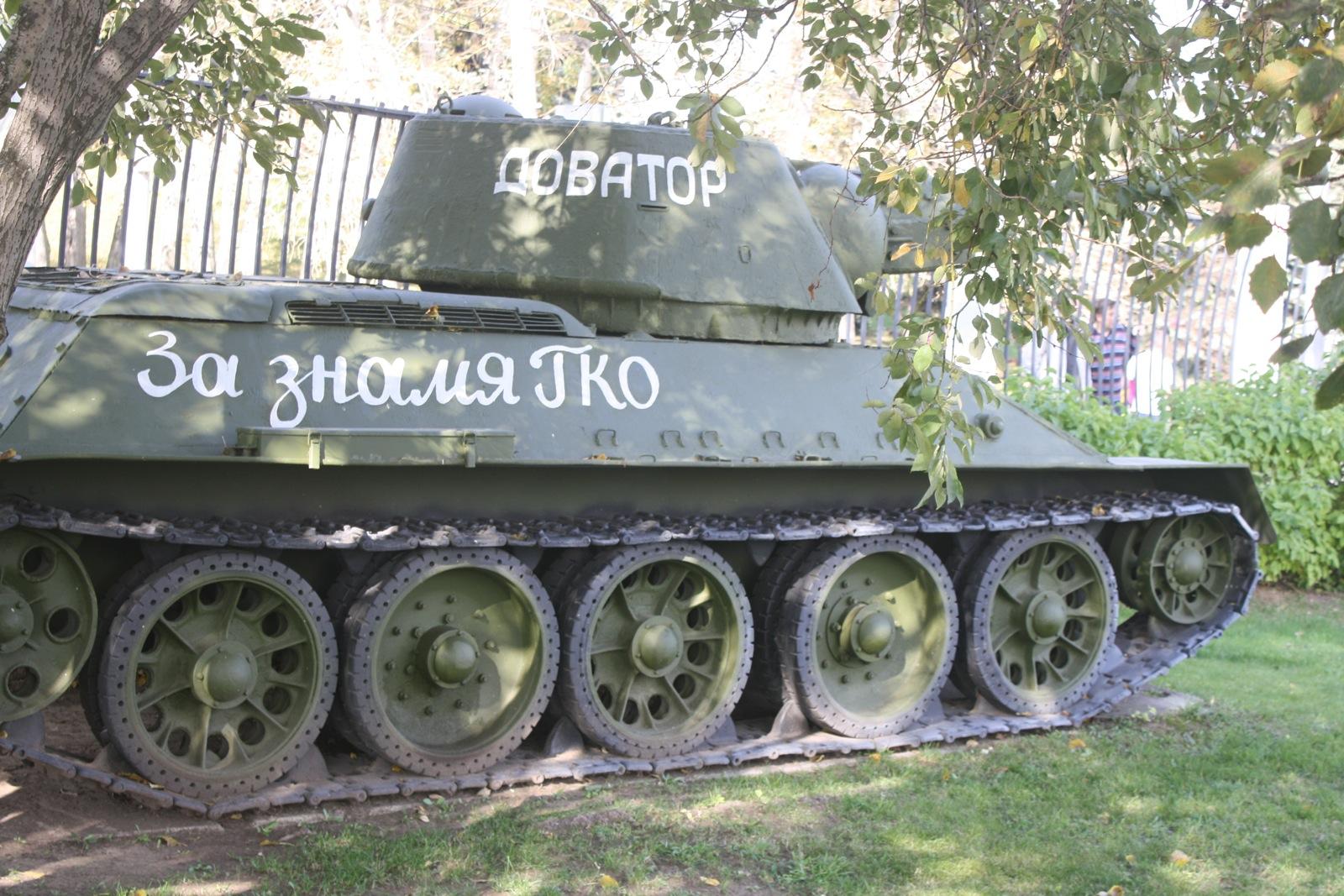 У музеју је на отвореном простору изложено више од 300 тенкова, аутомобила, бродова, авиона, као и пешадијско и артиљеријско наоружање које су током Другог светског рата користили СССР и његови савезници.