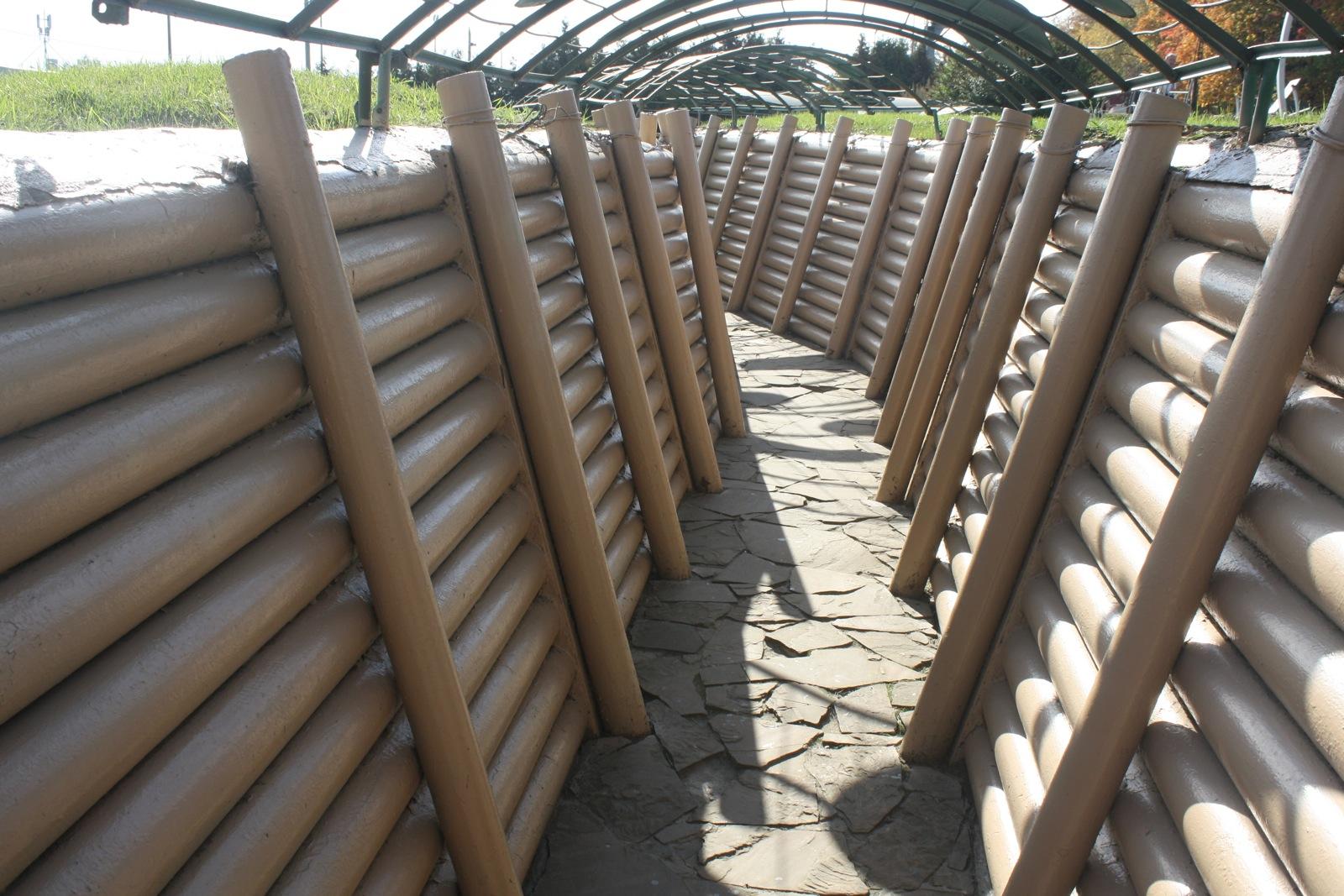 Посетиоци су у прилици да виде како су изгледали совјетски бункери, као и да прошетају рововима.