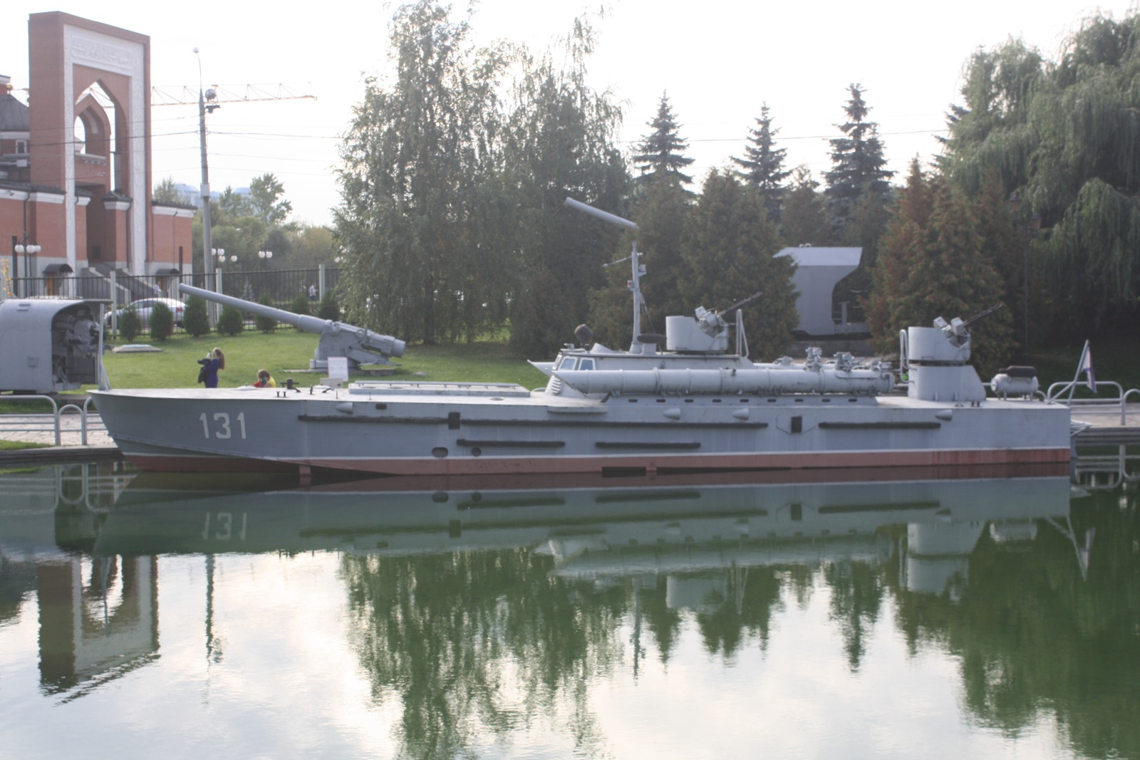 Поморски експонати изложени су на вештачком језеру музеја, па посетиоци могу видети и разарач и подморницу.