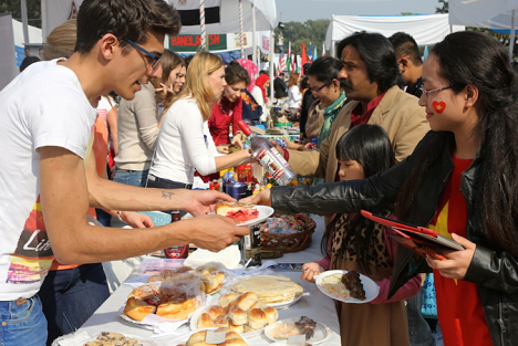 Visitors to the stall were treated to festive food and drinks from Russian national cuisine.