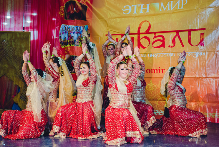 "Concerts by the masters of Indian dance, vocal and instrumental music visiting Russia are organised at the ""Etnomir""."