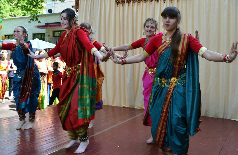 Admirers of Indian culture at the bazaar are young people and the elderly.