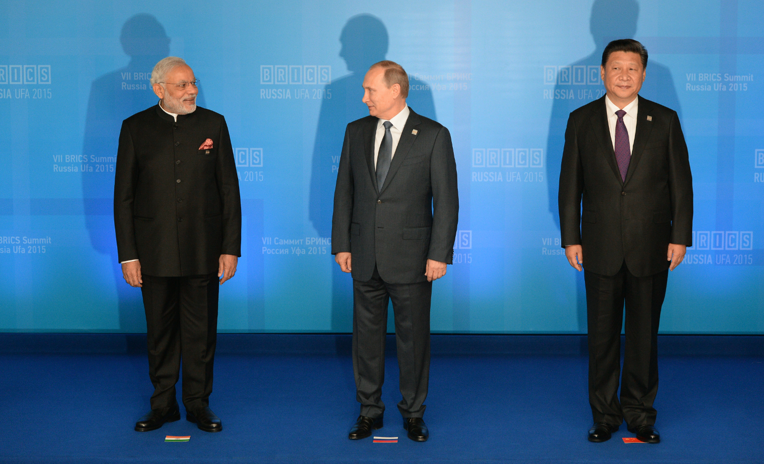 President of the People's Republic of China Xi Jinping. Left: Prime Minister of the Republic of India Narendra Modi.