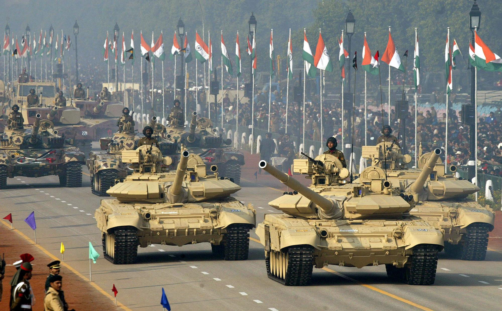 Tank tempur tentara India T-90, dan T-72 dalam Parade Hari Republik India ke-54.