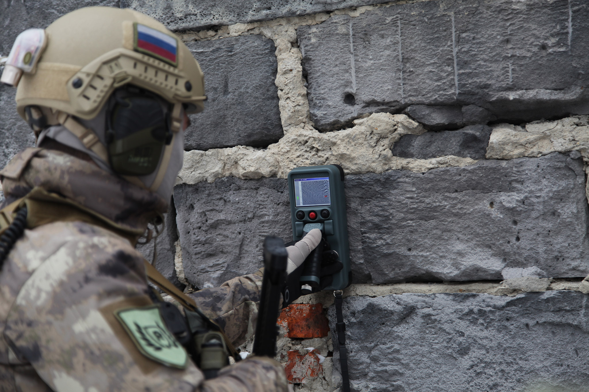 Stenovizor RO-900 radar will allow soldiers of the Russian National Guard to detect terrorists at a safe distance.