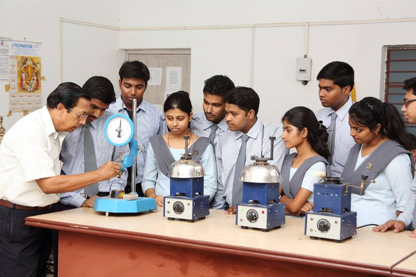 Science students at the JIS College of Engineering. Source: JIS University