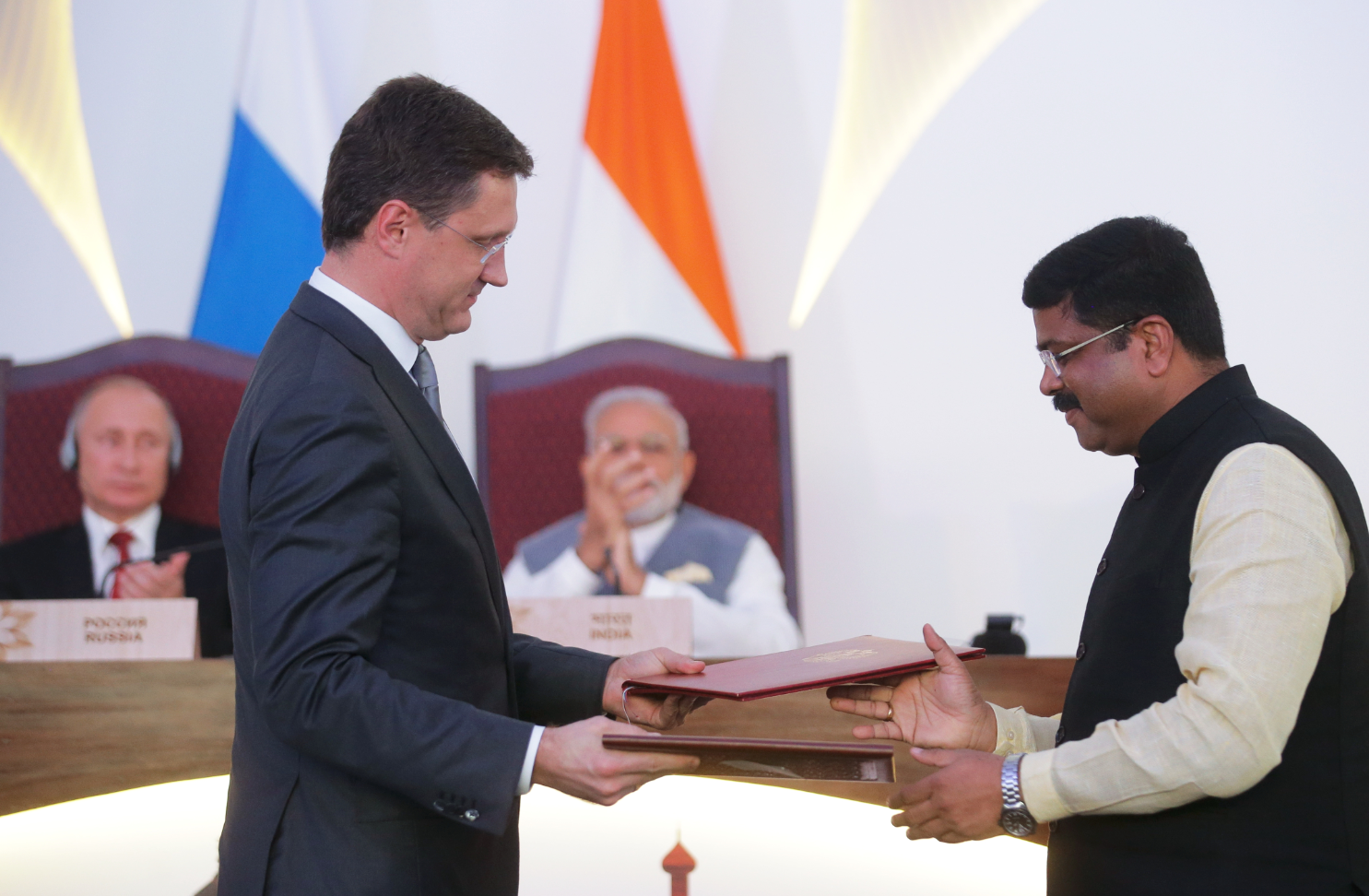 Alexander Novak and Dharmendra Pradhan at the ceremony of signing documents following Russian-Indian talks in Goa, 2016. Source: Mikhail Metzel/RIA Novosti