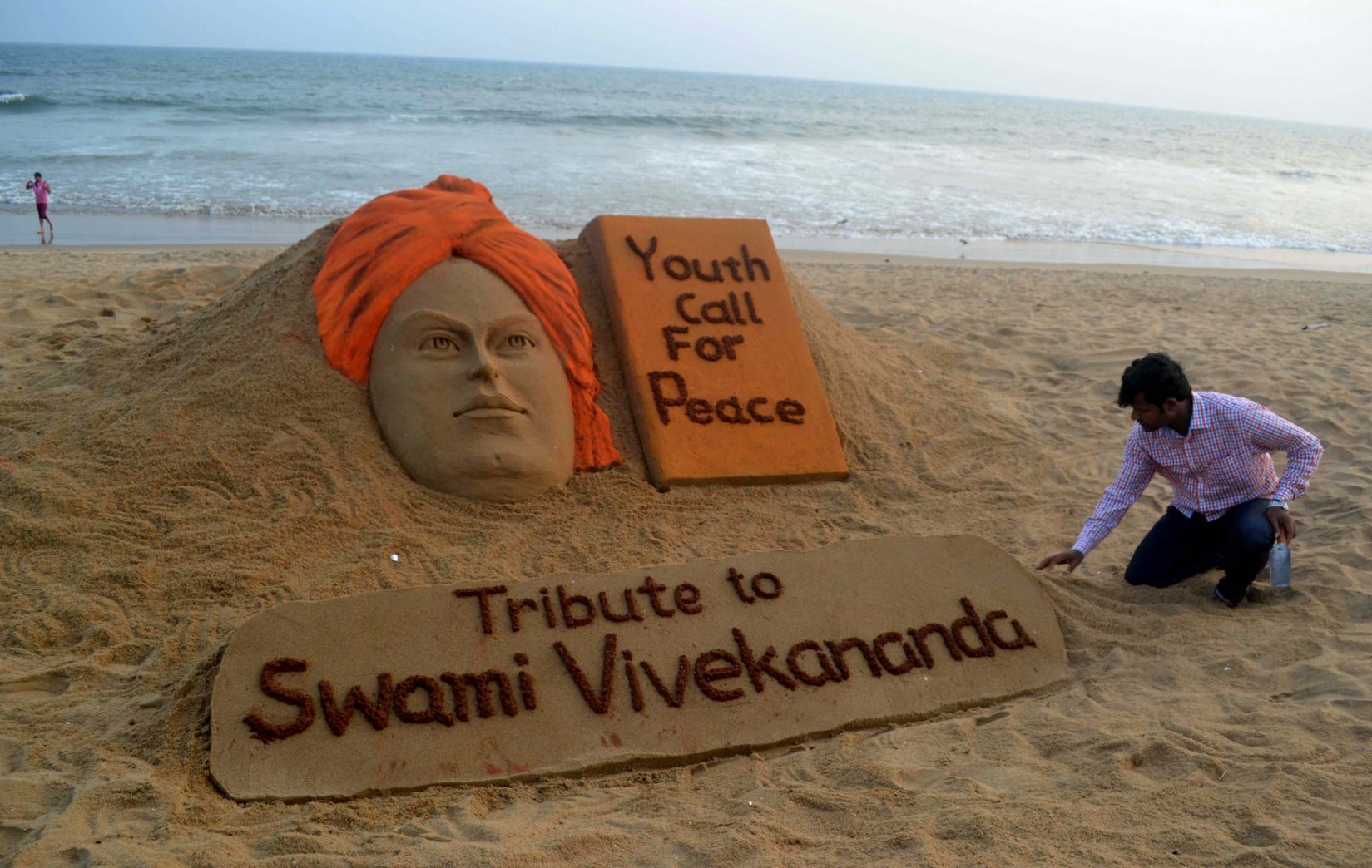 Sudarsan Pattnaik at the Swami Vivekananda Jayanti creating by sand at Puri, India. Source: Zuma/Global Look Press
