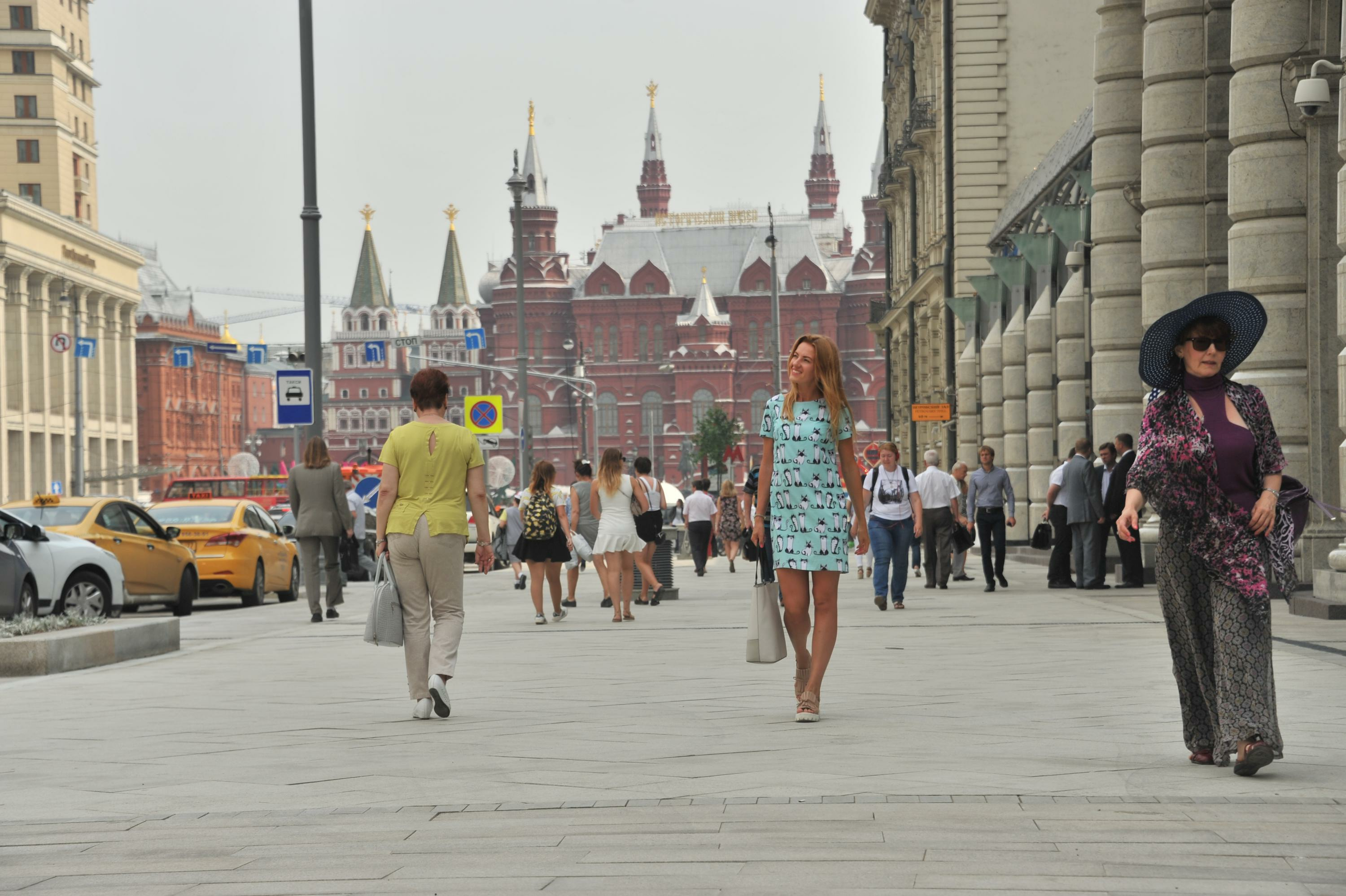 Pedestrians walk on a Moscow street. Source: Global Look Press
