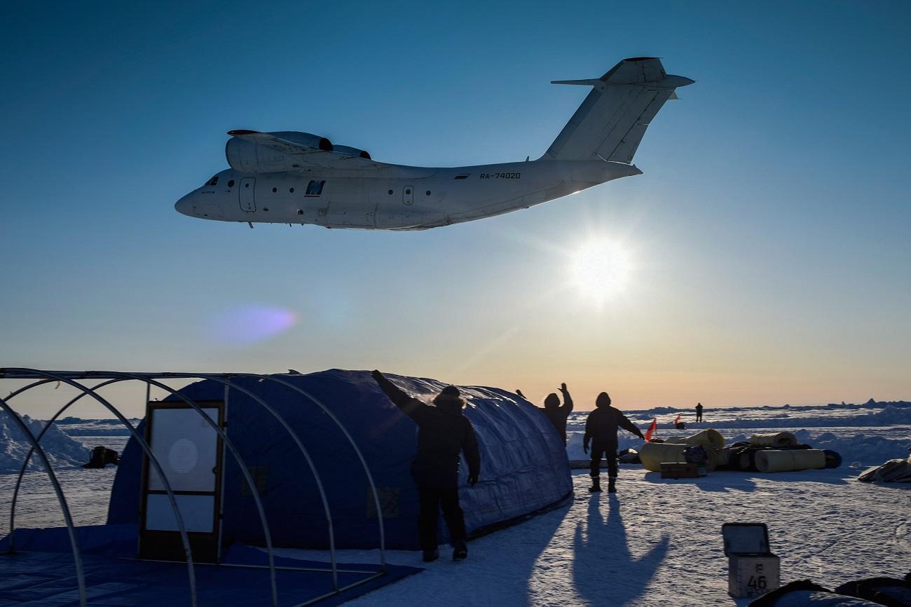 Building the Barneo expedition drift ice camp near the North Pole in the Arctic. Source: Valeriy Melnikov/RIA Novosti