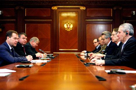 Un momento dell'incontro tra i ministri italiani e i colleghi russi, al tavolo con l'ambasciatore d'Italia a Mosca Antonio Zanardi Landi e il Presidente russo uscente Dmitri Medvedev (Foto: Itar-Tass)