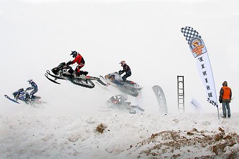 Un momento delle gare di snowcross a Semigorye (Foto: Itar-Tass)