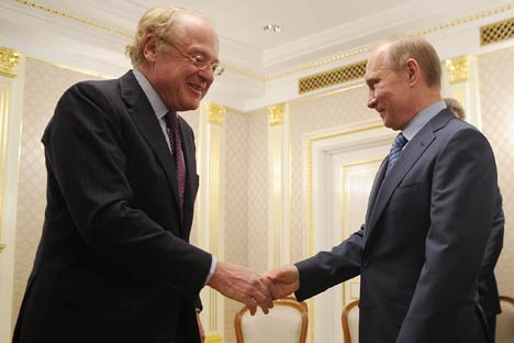 L'ad di Eni Paolo Scaroni stringe la mano al Presidente eletto Vladimir Putin dopo la firma dell'accordo con Rosneft (Foto: Itar-Tass)