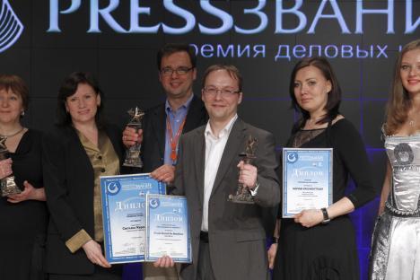 Terzo da destra, Fedor Klimkin, direttore Marketing e Relazioni Pubbliche di Rbth, con il primo premio del concorso PressZvanie (Foto: Ufficio Stampa)