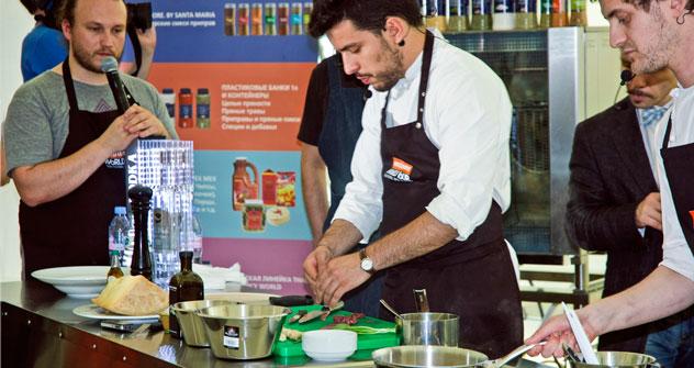 Lo chef italiano Simone Tondo durante il festival Omnivore Food Festival (Foto: Maria Afonina)