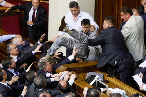 Rissa nel parlamento di Kiev (Foto: AP)