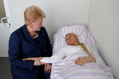 La presidente della Lituania, Dalia Grybauskaite, a sinistra, ha fatto visita alla Tymoshenko nell'ospedale di Kharkiv. Poi ha incontrato il collega ucraino Viktor Yanukovych per chiedere il rispetto dei diritti e minacciando l'isolamento (Foto: AP)