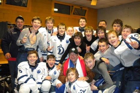 I ragazzi della Dinamo Mosca festeggiano la vittoria al torneo World Selects Invite Hockey Tournamet (Foto: Ufficio Stampa)
