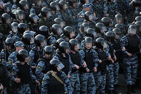 Agenti in tenuta antisommossa impediscono l'accesso al Cremlino ai manifestanti del 6 maggio 2012 (Foto: RIA Novosti / Aleksandr Utkin)