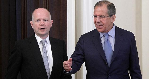 A sinistra, il ministro degli Esteri britannico William Hague e il collega russo Sergei Lavrov (Foto: AP)