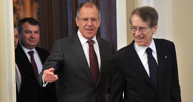 A sinistra, il ministro degli Esteri russo Sergei Lavrov con il collega italiano Giulio Terzi (Foto: Ria Novosti/Ruslan Krivobok)