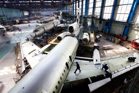 """Operai riparano l'ala di un aereo Tupolev Tu-154M. Nelle fabbriche del gruppo """"Russian Machines"""", che appartiene alla """"Aviakor"""", lavorano oltre 75.000 dipendenti (Foto: Getty Images/Fotobank)"""