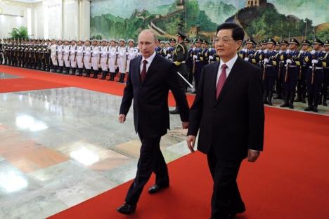Il Presidente della Federazione Vladimir Putin, in visita a Pechino, con il presidente cinese Hu Jintao (Foto: Reuters)