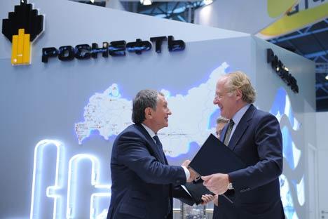 Igor Sechin di Rosfnet (a sinistra) stringe la mano a Paolo Scaroni, ad di Eni (a destra). (Foto: Itar-Tass)