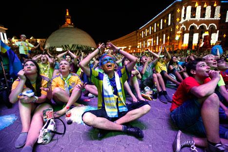 Tifosi ucraini in centro a Kiev (Foto: Itar Tass)
