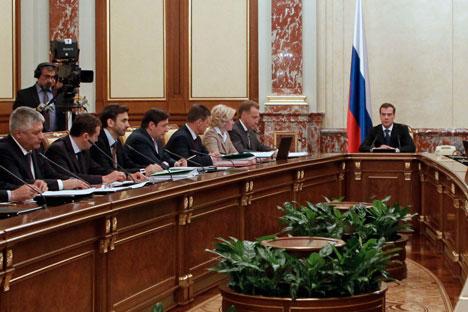 Al centro il premier Dmitri Medvedev, al tavolo con i neoministri della Federazione (Foto: Itar-Tass)