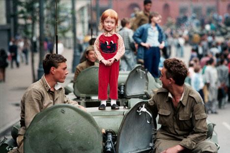 Bambina su un carro armato in Piazza Rossa nell'agosto del 1991 (Foto: Corbis/Fotosa)
