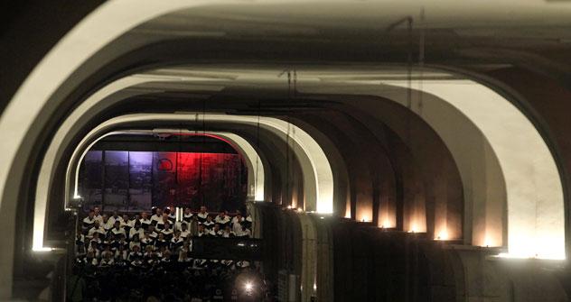 Il concerto alla stazione metropolitana Kropotkinskaya nel cuore della notte (Foto: Itar-Tass)
