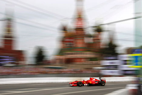 La Ferrari sfreccia in Piazza Rossa a Mosca per il Moscow City Racing (Foto: AP)