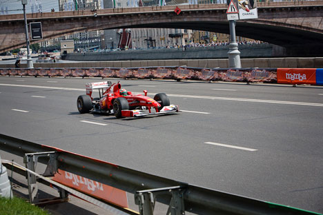 La Ferrari di Giancarlo Fisichella sulle strade del centro di Mosca (Foto: Ruslan Sukhushin)